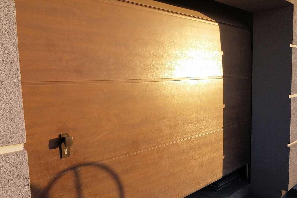 Brama garażowa segmentowa brązowa