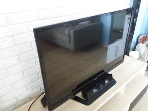 Telewizor na tle kamienia dekoracyjnego wygląda obłednie